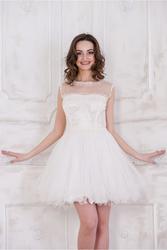 Короткое коктейльное платье молочного цвета